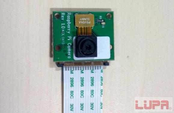 该模块通过排线连接到树莓派主板的CSi端口(位于以太网和HDMI口之